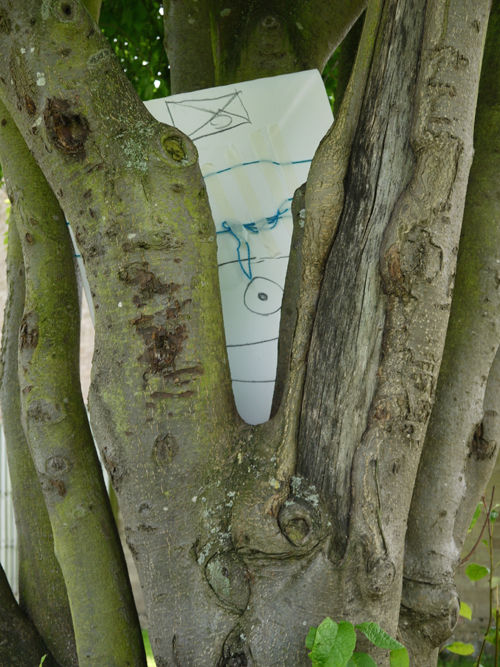 Drawing partly hidden inbetween the branches of a tree